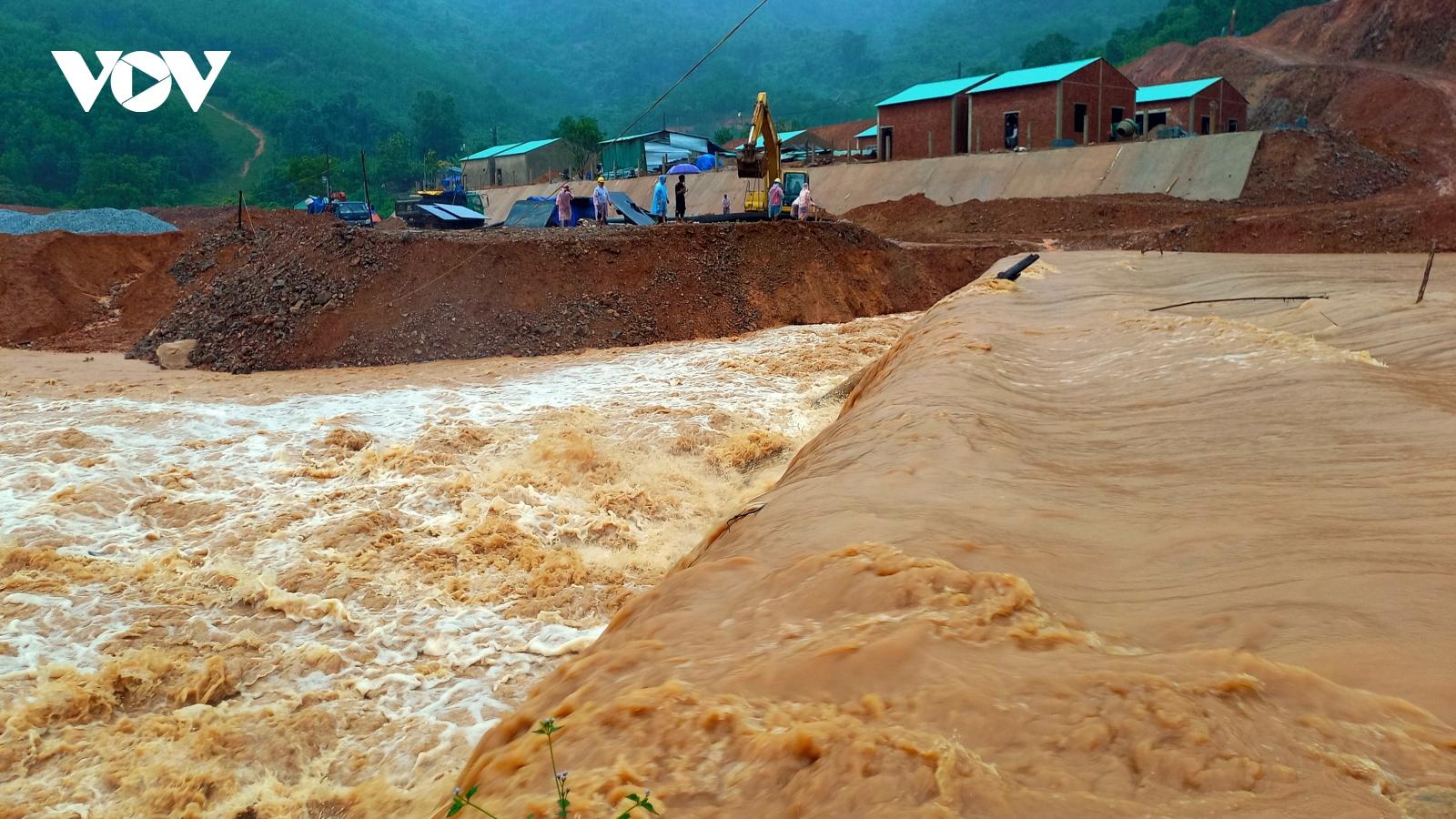 Mưa lớn gây cô lập nhiều xã vùng cao huyện Phước Sơn, Quảng Nam