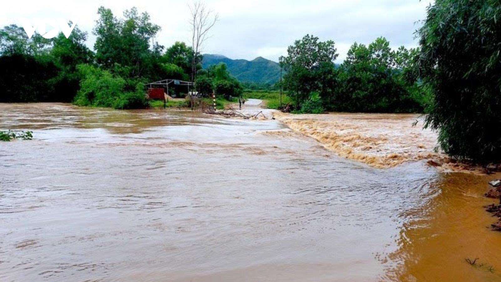 Mưa xối xả, hồ thủy lợi lớn nhất Nghệ An bắt đầu xả tràn
