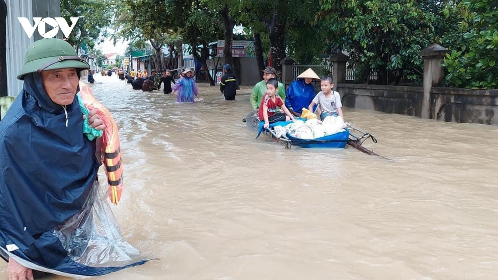 Nhà ngập sâu do mưa lớn, người dân Nghệ An cuống cuồng di dời tài sản