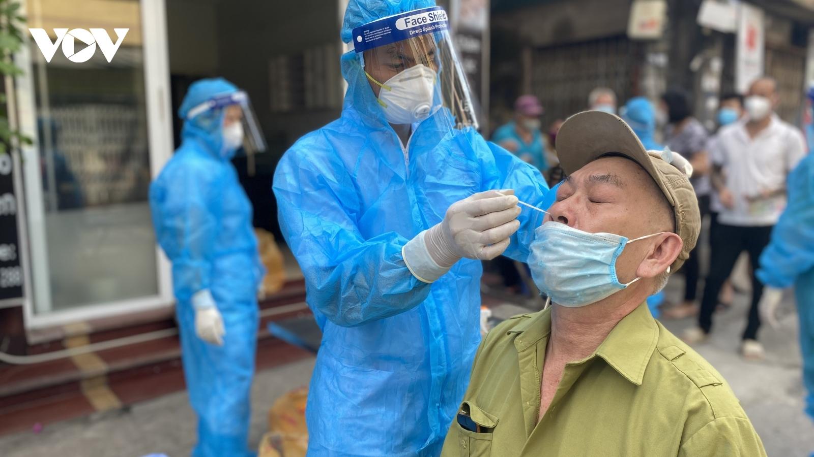 """Hơn 400 nhân viên y tế Bắc Giang """"đi từng ngõ"""" hỗ trợ quận Long Biên lấy mẫu xét nghiệm"""