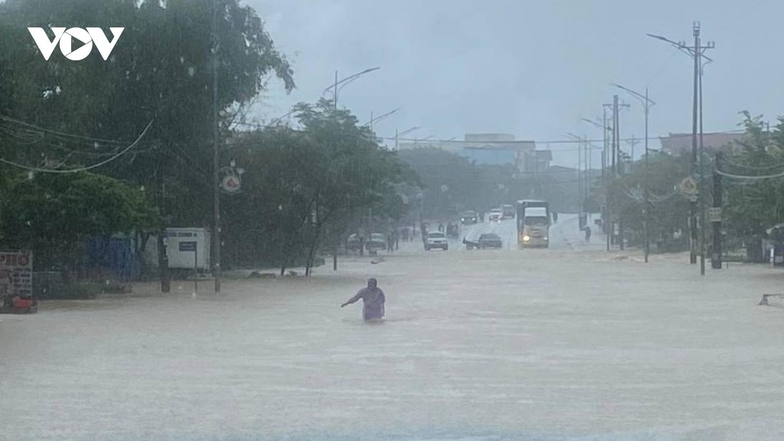 Mưa xối xả, quốc lộ 1A qua địa bàn Hà Tĩnh bị ngập sâu