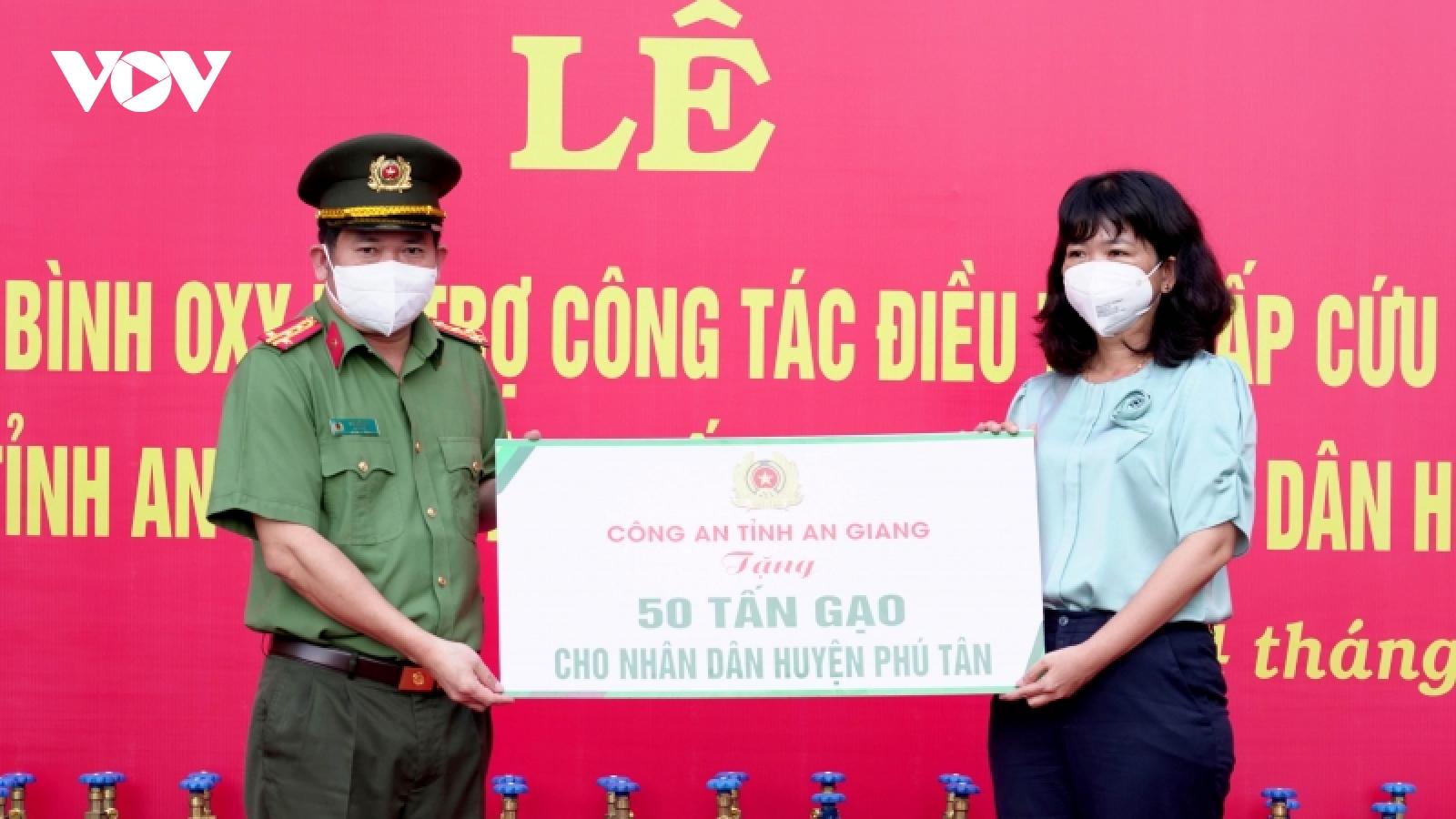 Trao tặng 2.000 bình oxy và 50 tấn gạo hỗ trợ phòng, chống dịch Covid-19 tại An Giang