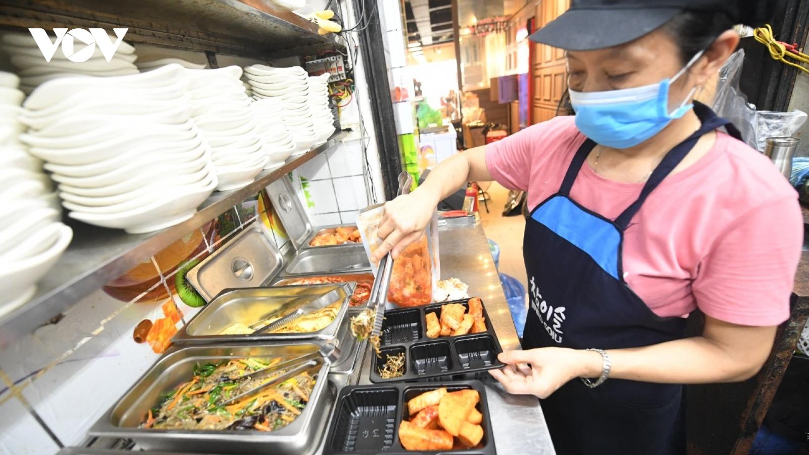 """Nhà hàng, quán ăn ở """"vùng xanh"""" Hà Nội rục rịch mở bán trở lại"""