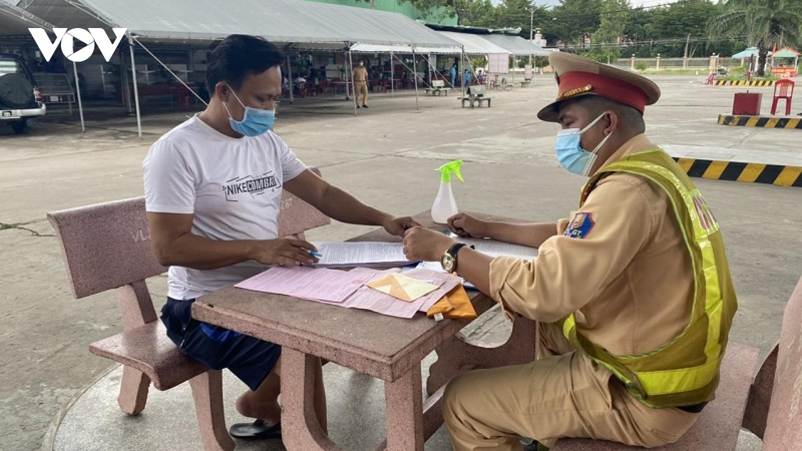 """Bình Thuận hỗ trợ đưa 15 người """"thông chốt"""" kiểm dịch bằng xe đông lạnh về quê"""