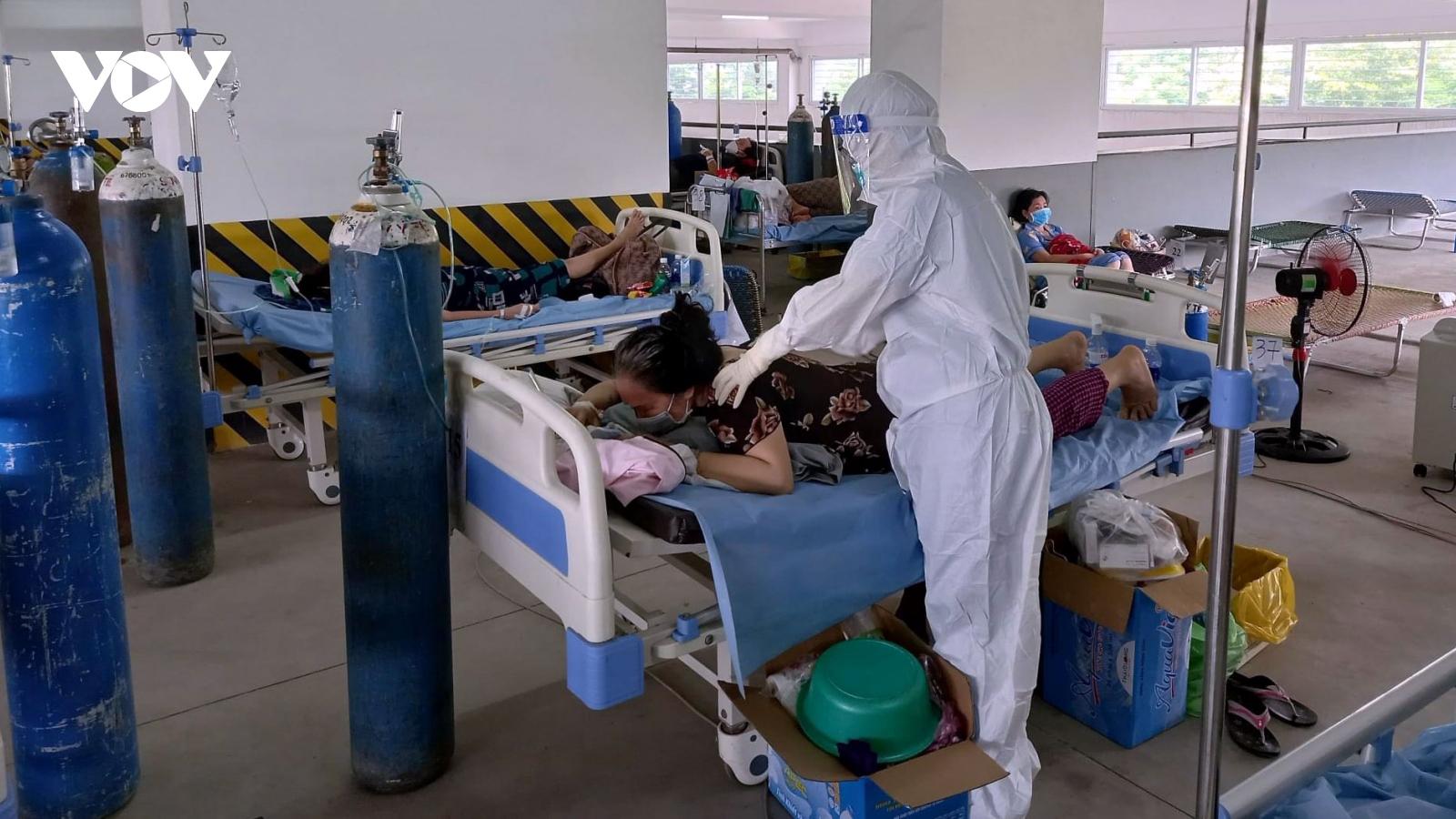 Nhiều bất cập về điều kiện làm việc tại các bệnh viện dã chiến
