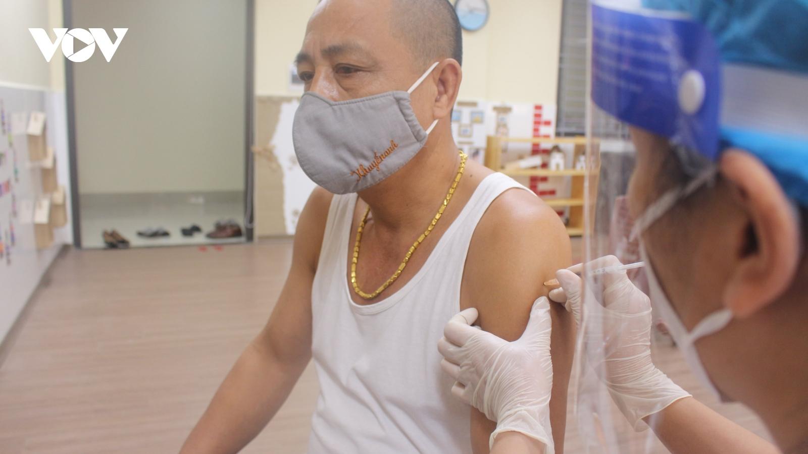 Người Hà Nội xếp hàng tiêm vaccine Vero Cell