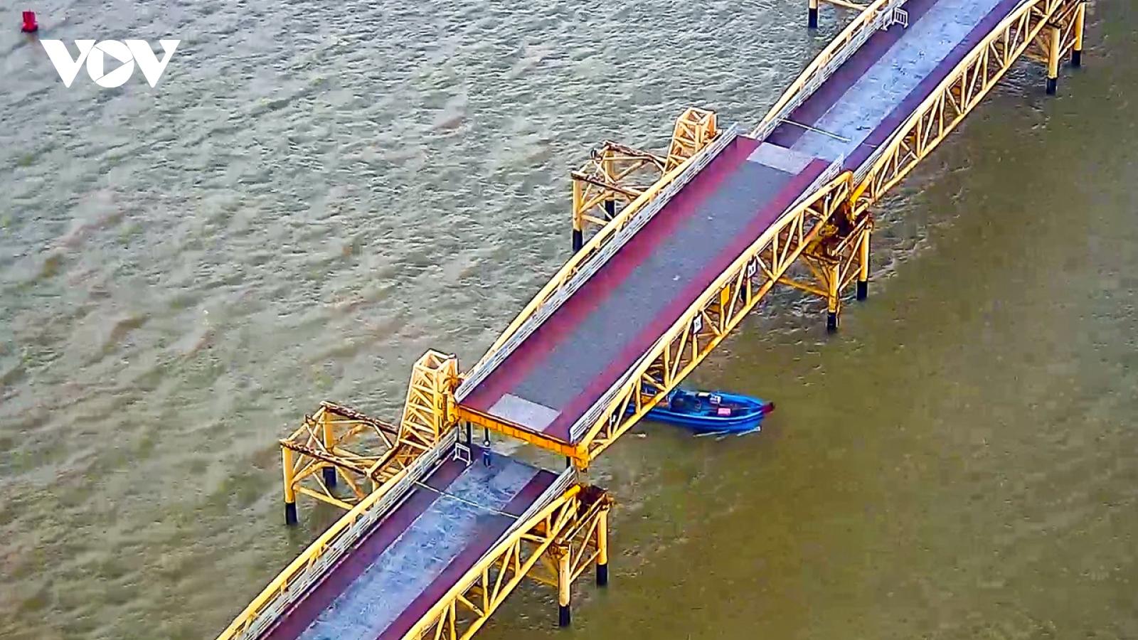 Cận cảnh nhịp nâng cầu Nguyễn Văn Trỗi vận hành để tàu thuyền tránh bão số 5