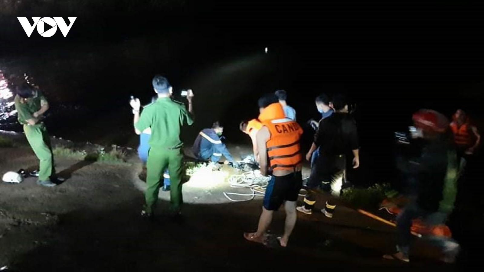 Người đàn ông bị nghi nhảy xuống hồ tự tử sau khi chém vợ cũ trọng thương