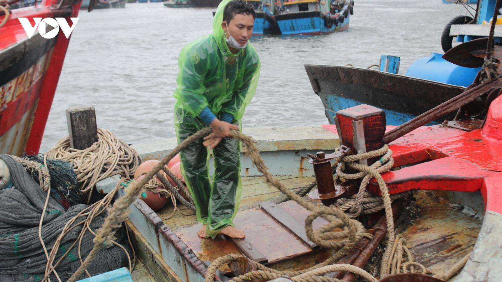 Miền Trung mưa to, vừa ứng phó với bão số 5, vừa đảm bảo phòng chống dịch
