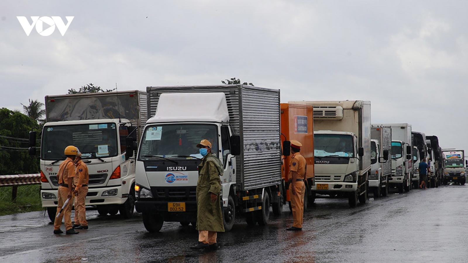Thiếu hụt nghiêm trọng tài xế container khiến ùn ứ nông sản tại các tỉnh phía Nam