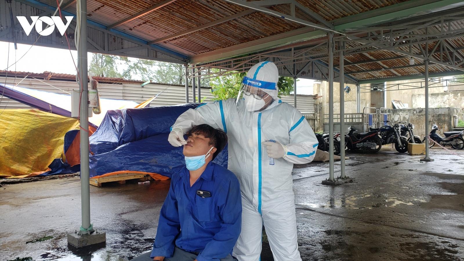 Đà Nẵng tiếp tục xét nghiệm SARS-CoV-2 cho ngư dân vào tránh trú tại âu thuyền
