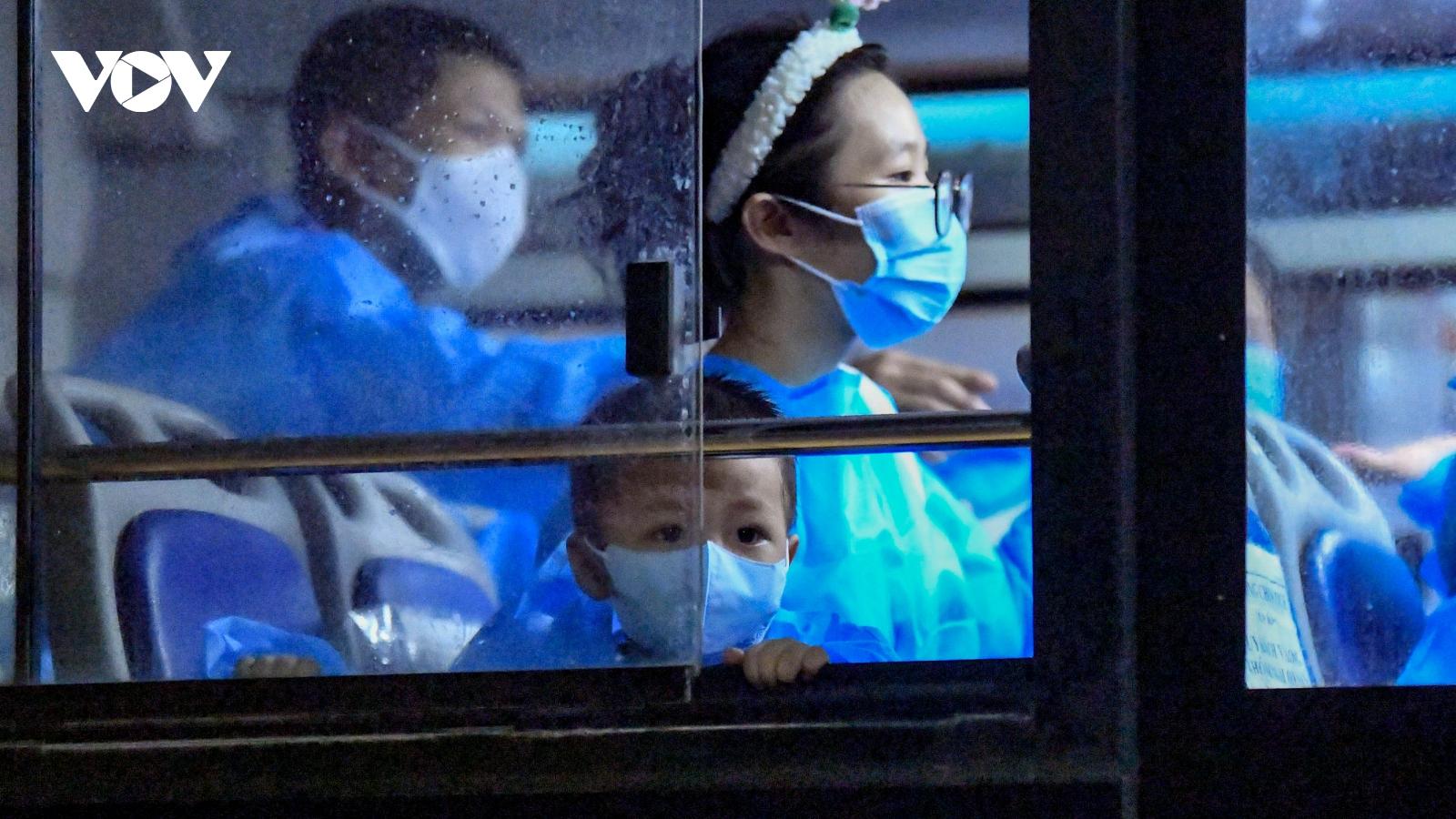 Hà Nội đưa khoảng 1.200 người ở ổ dịch Thanh Xuân Trung đi cách ly trong đêm