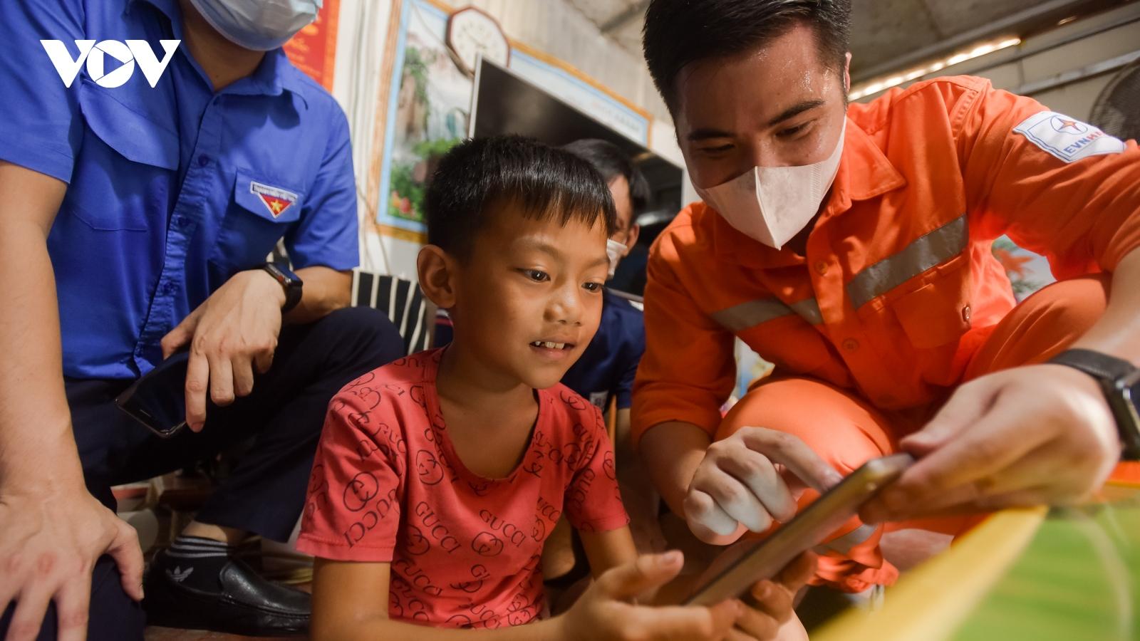 Tặng máy tính bảng cho trẻ em nghèo làng chài sông Hồng