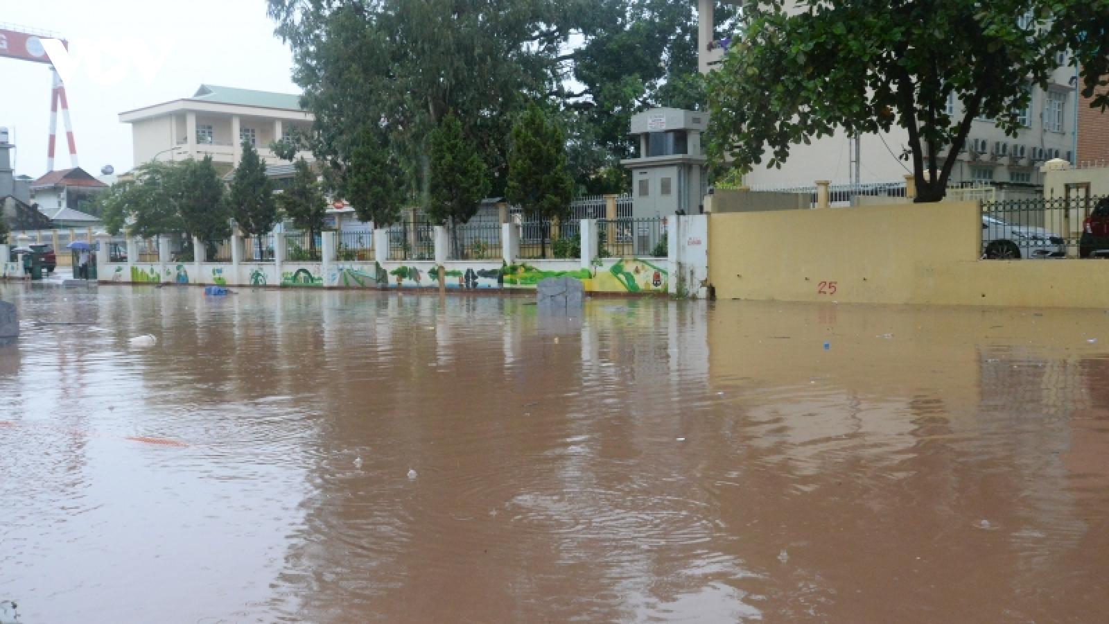Mưa lớn, đường ở thành phố Hạ Long biến thành sông do dự án thi công kéo dài