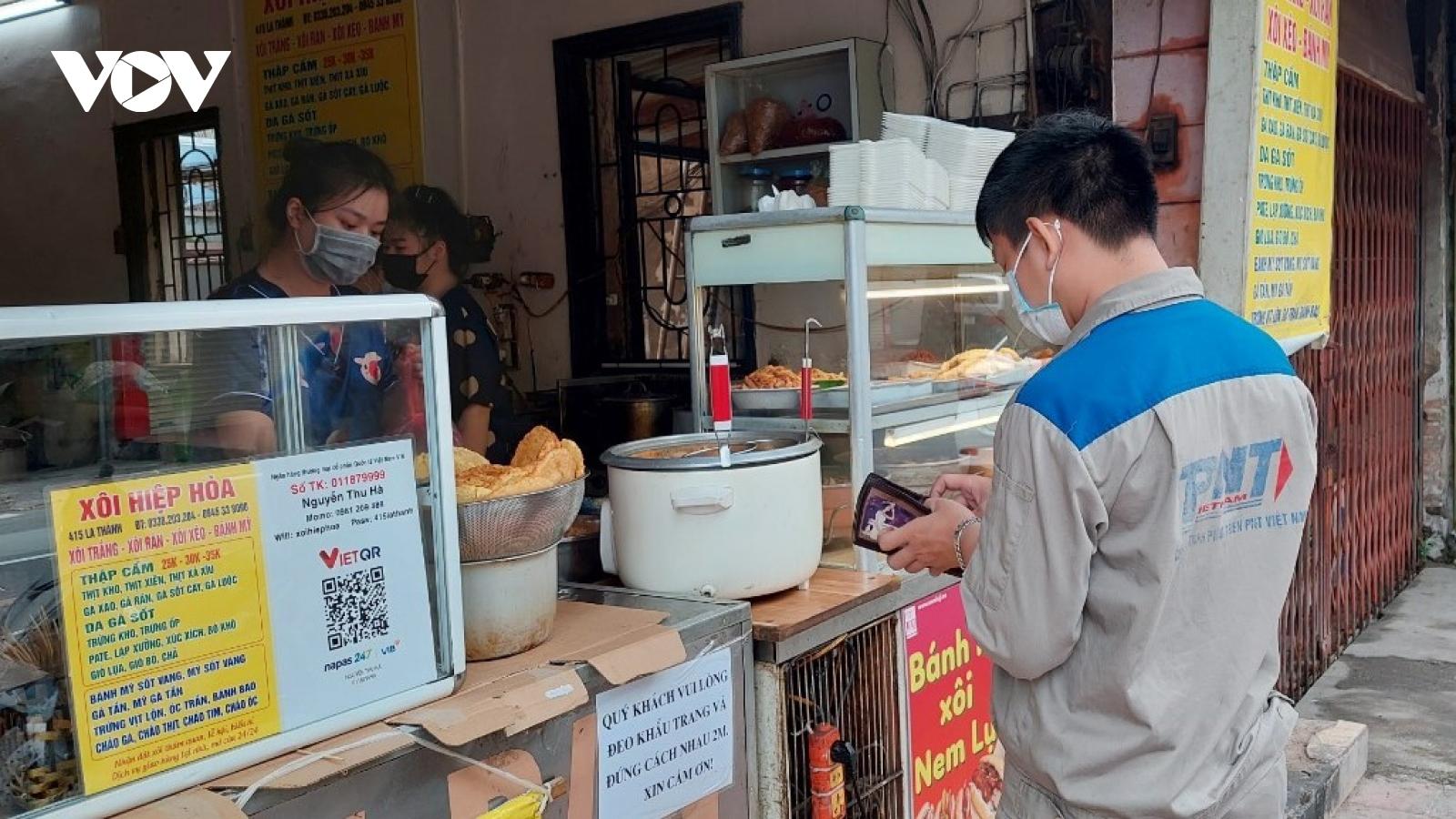 Hàng ăn ở 19 quận, huyện Hà Nội mở lại, vừa bán vừa...nghe ngóng
