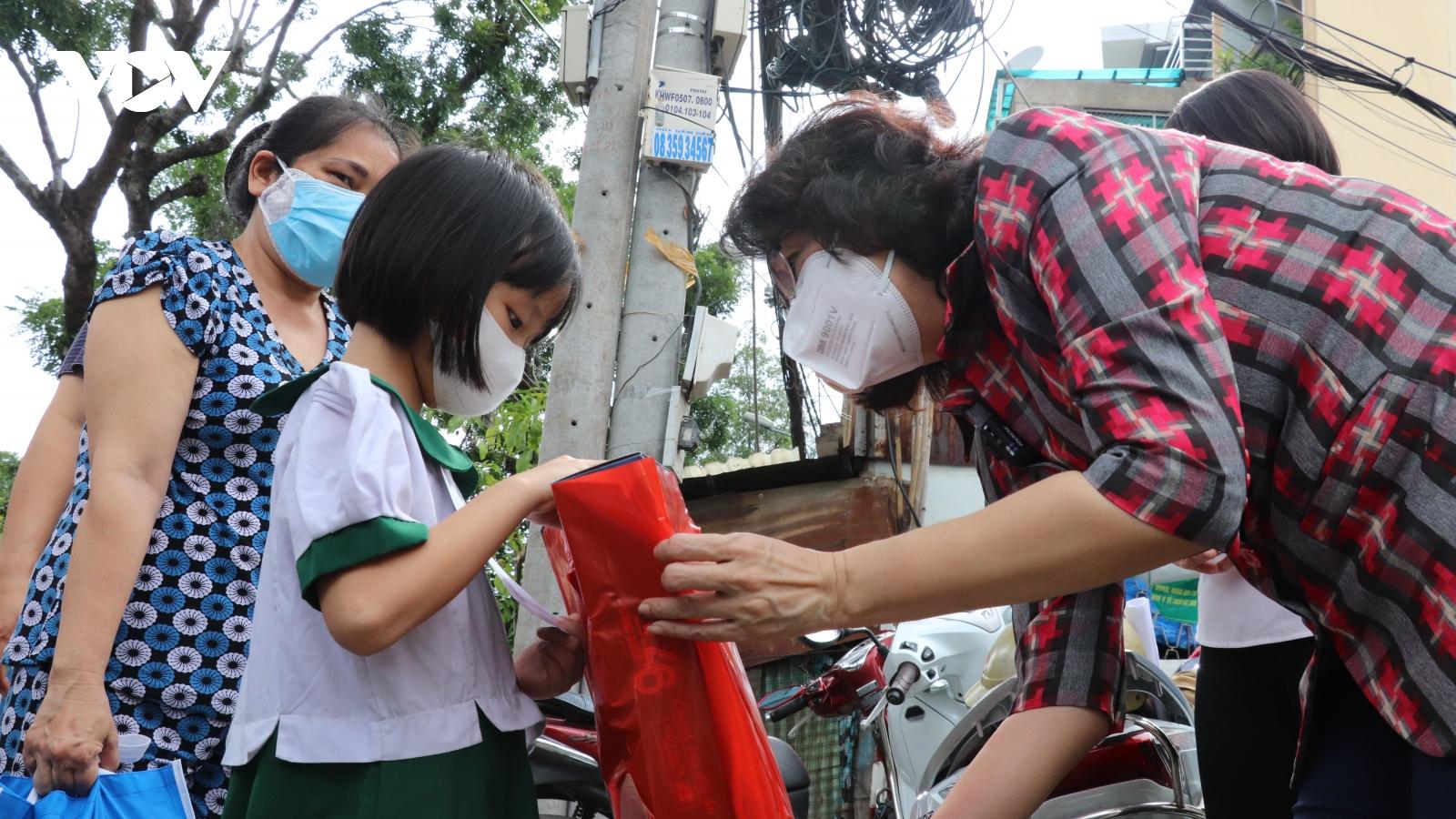 TP.HCM tặng quà trung thu cho 634 trẻ mồ côi do COVID-19