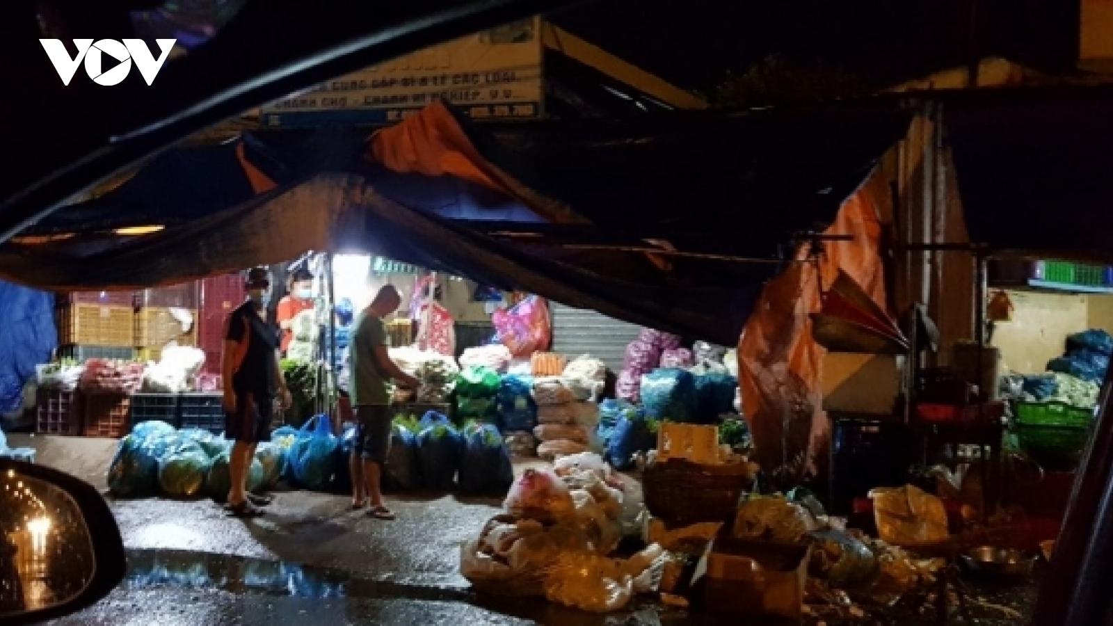 Nhốn nháo cảnh thương lái tự lập điểm giao hàng bên ngoài chợ đầu mối ở TP.HCM