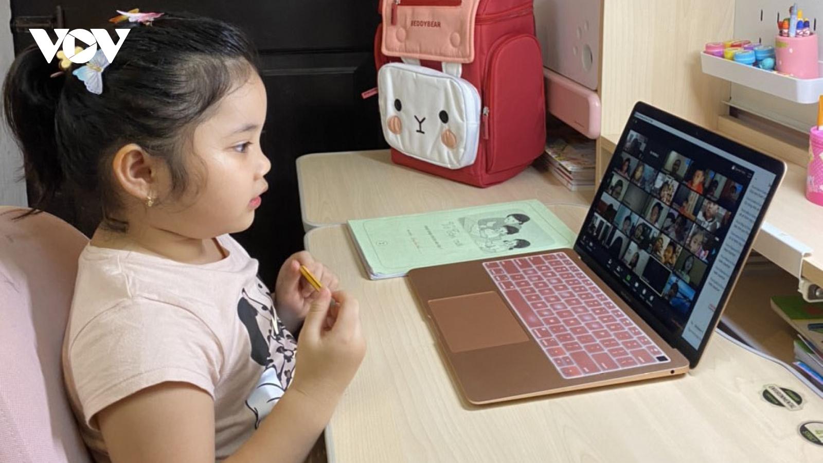 Bộ GD-ĐT đề nghị tăng băng thông, giảm giá cước internet cho học sinh học trực tuyến