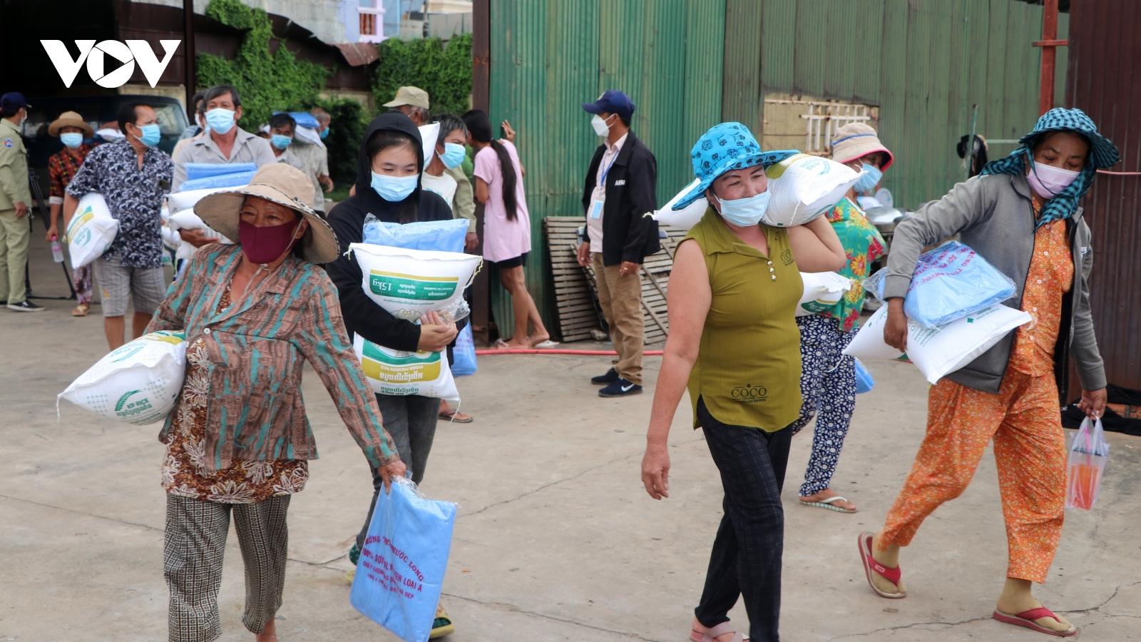 Hàng nghìn hộ người Campuchia gốc Việt tiếp tục được nhận cứu trợ