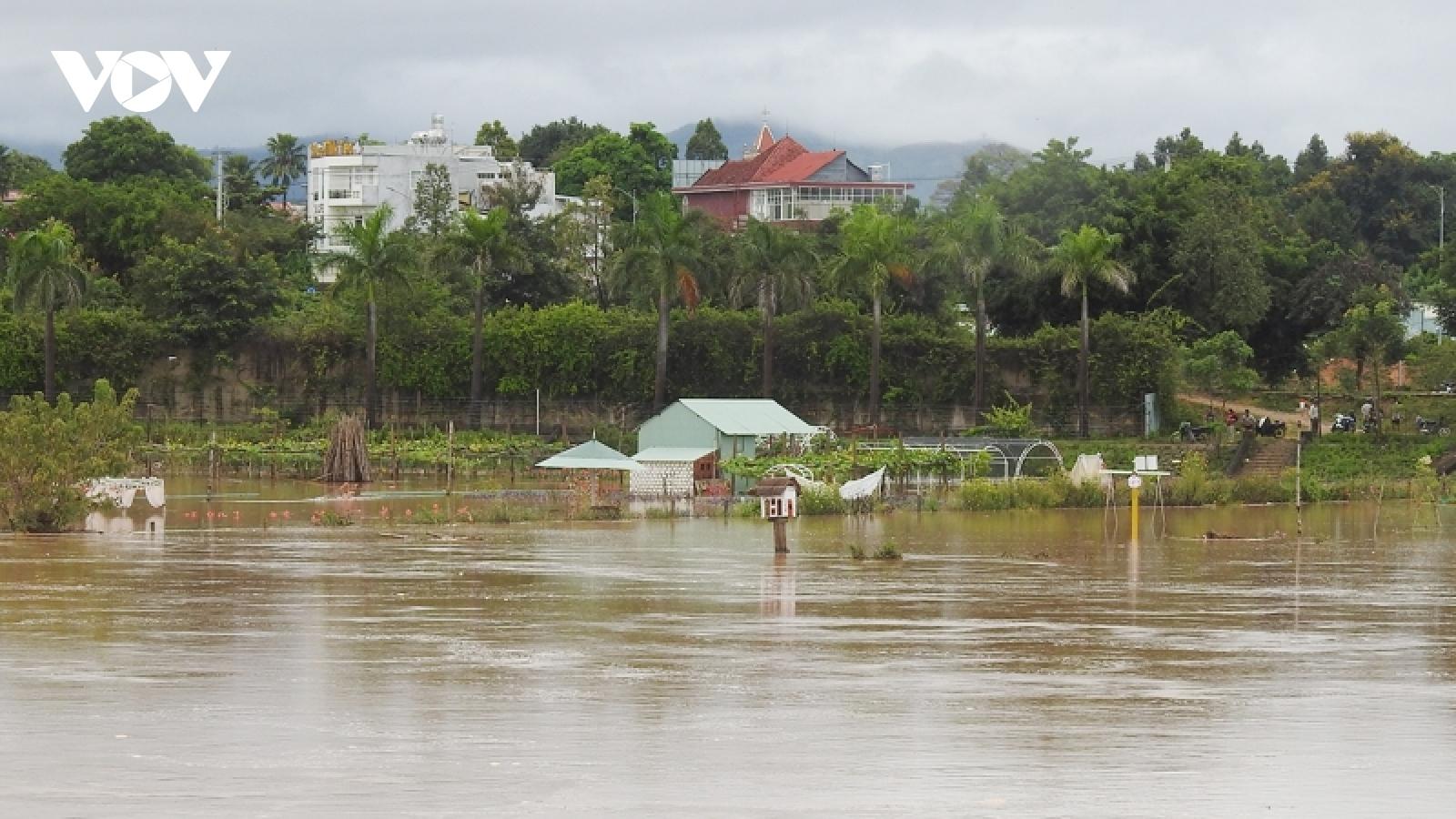 Mưa lũ gây ngập úng, sạt lở nhiều nơi ở Kon Tum