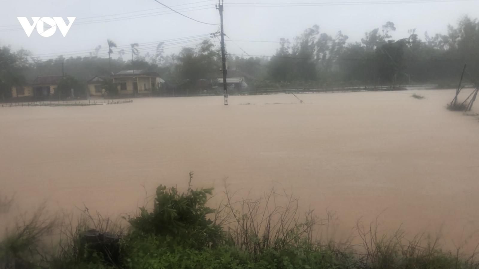 Mưa lớn gây ngập và sạt lở nhiều nơi ở miền Trung