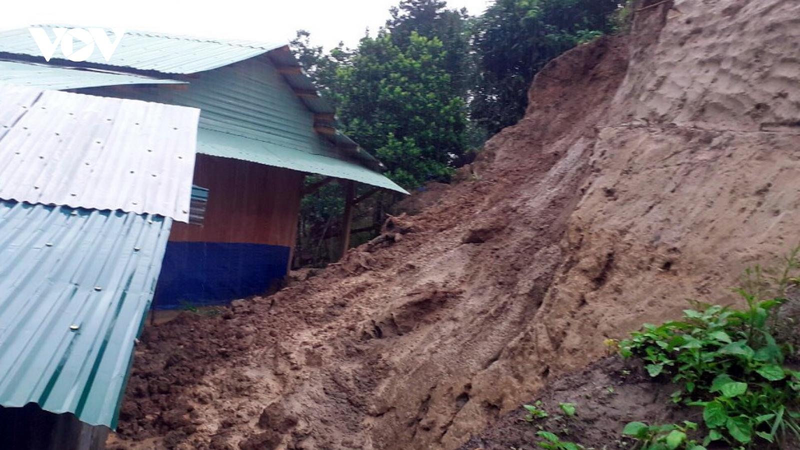 Miền Trung sơ tán hàng trăm hộ dân vì ngập lụt, sạt lở