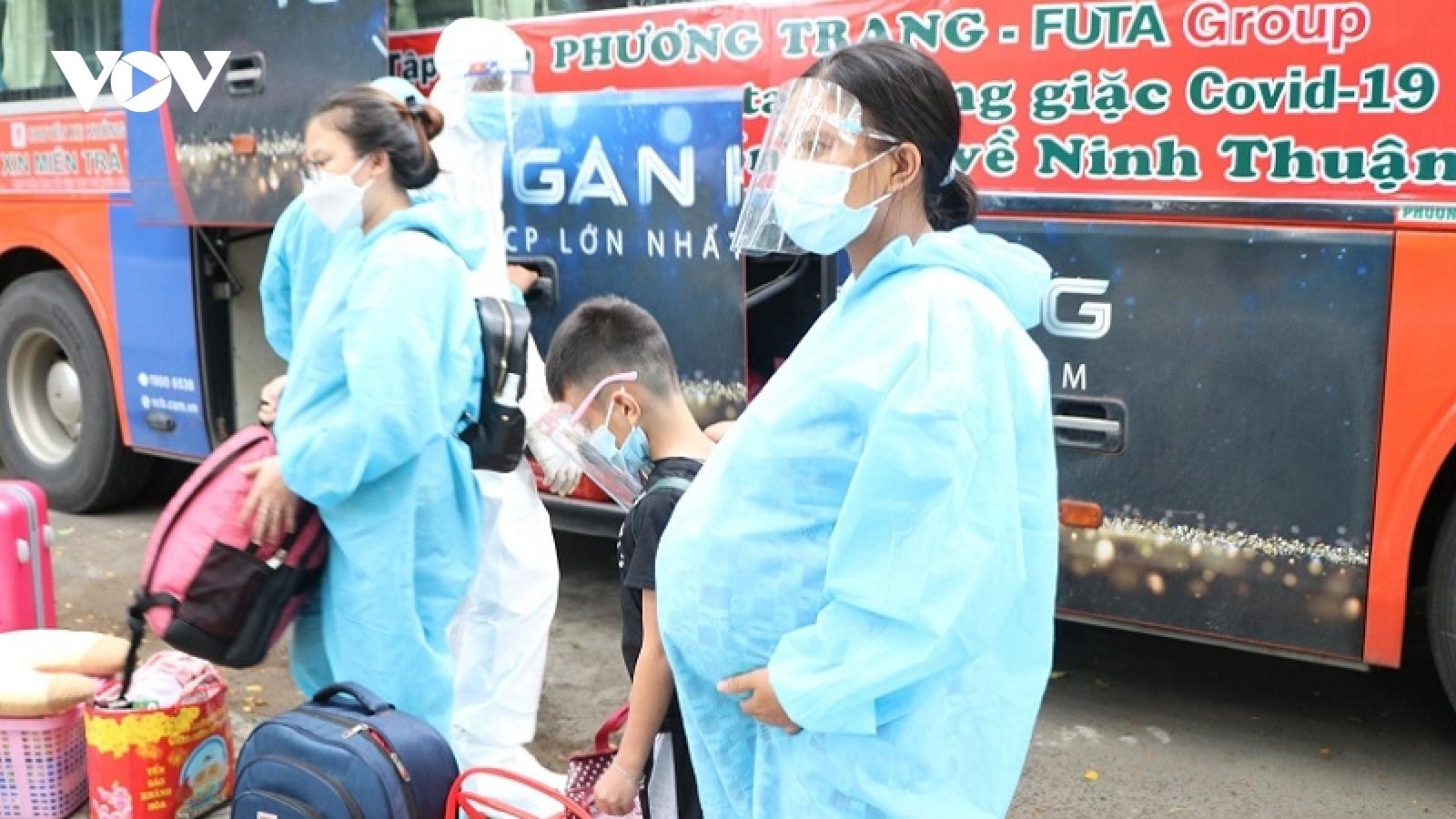 Hàng chục bà bầu và trẻ em dưới 3 tuổi được đón từ TP.HCM về Ninh Thuận