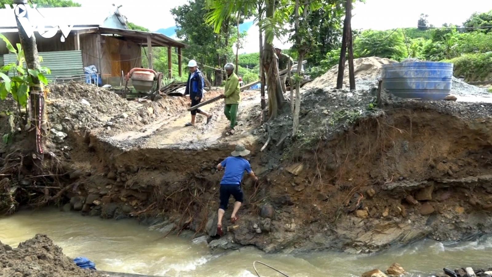 Mưa lớn kéo dài,nhiều tuyến đường tại huyện Phước Sơn (Quảng Nam) sạt lở nghiêm trọng