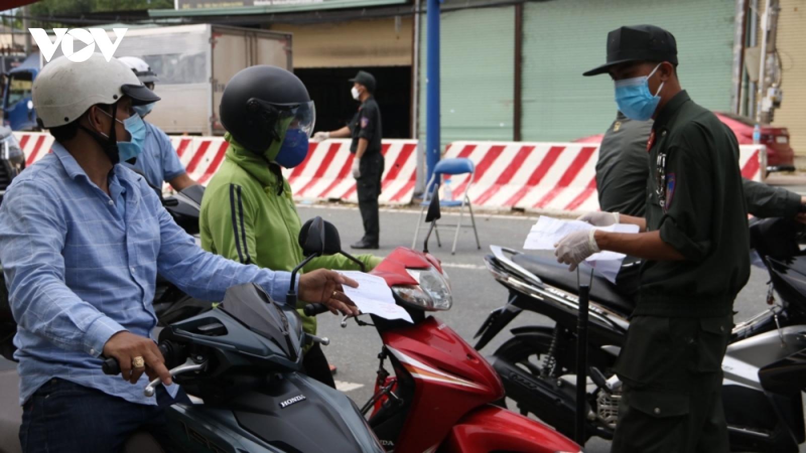 Từ ngày 27/9, người dân Bình Dương qua chốt kiểm dịch, địa điểm công cộng phải quét mã QR