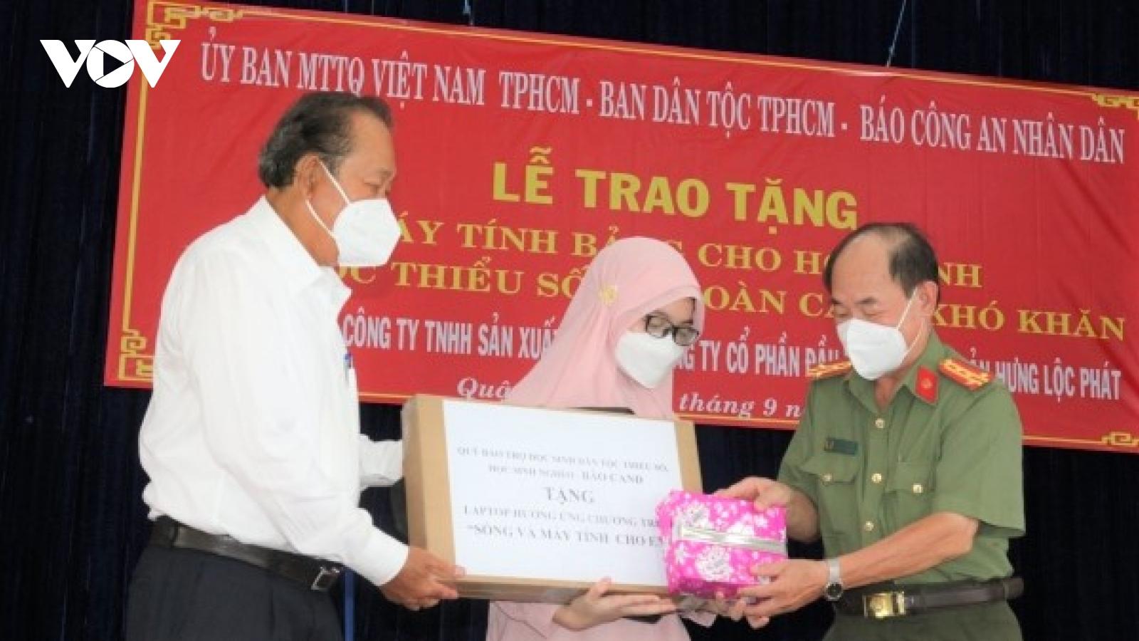 Trao tặng 100 máy tính bảng cho học sinh dân tộc có hoàn cảnh khó khăn tại TP.HCM