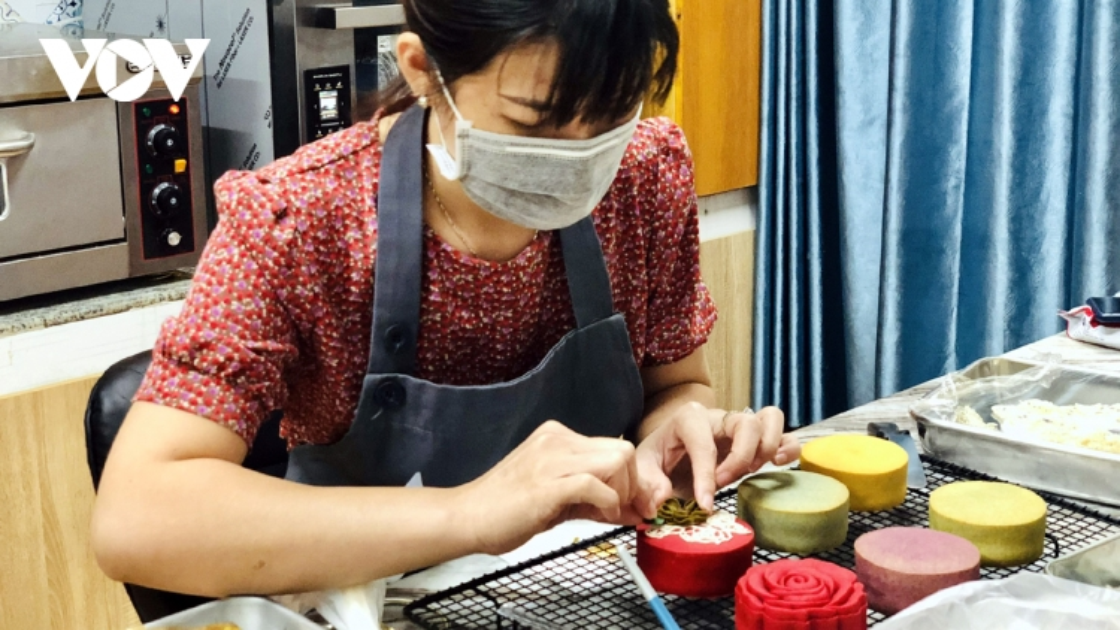 Mùa bánh Trung thu ế ẩm, song thợ làm bánh handmade vẫn kiếm bộn tiền