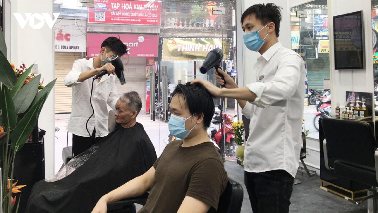 Tiệm cắt tóc ở Hà Nội tất bật mở cửa trở lại sau 2 tháng