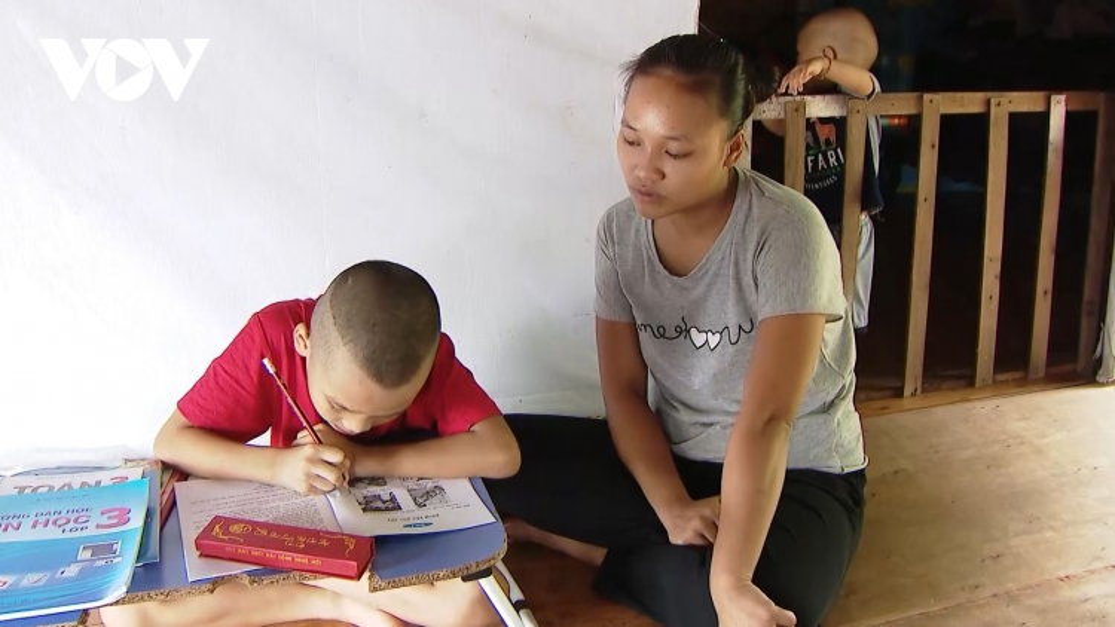 """Trẻ xóm Phao ở Hà Nội """"vật vã"""" học trực tuyến bằng điện thoại... đi mượn"""