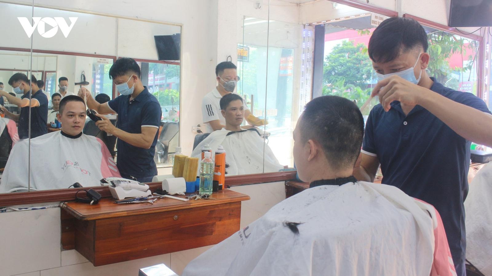 Tiệm cắt tóc mở cửa trở lại sau hơn 2 tháng đóng cửa, chủ tiệm vừa mừng vừa lo