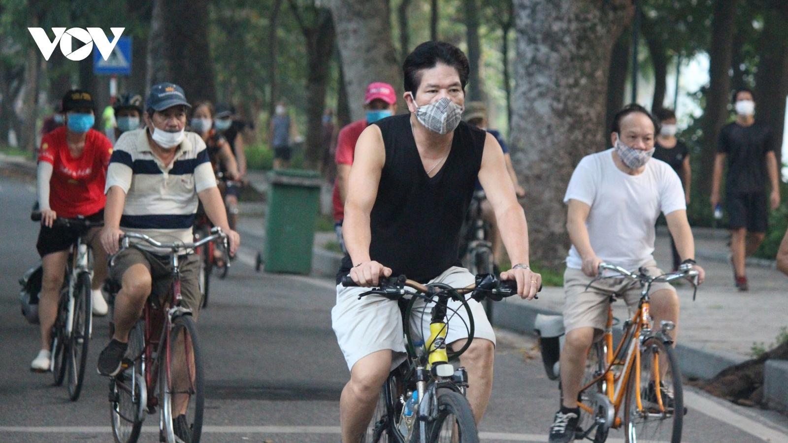 Người dân Thủ đô hào hứng tập thể dục ngoài trời sau hơn 2 tháng ở nhà