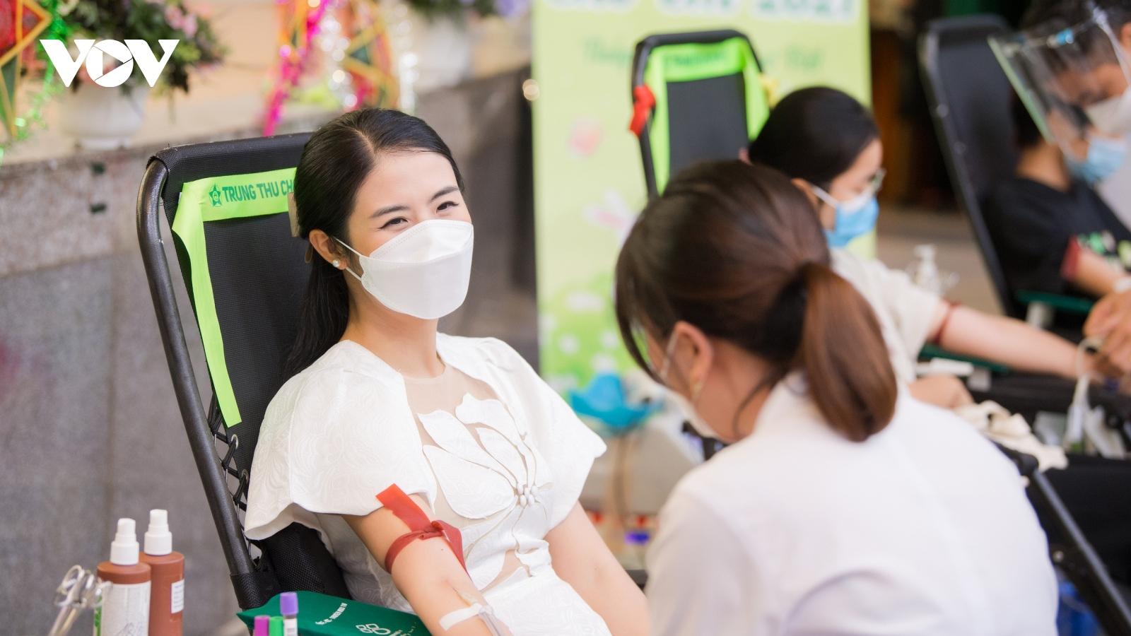 Hoa hậu Ngọc Hân đi hiến máu trong ngày đầu Hà Nội nới lỏng giãn cách