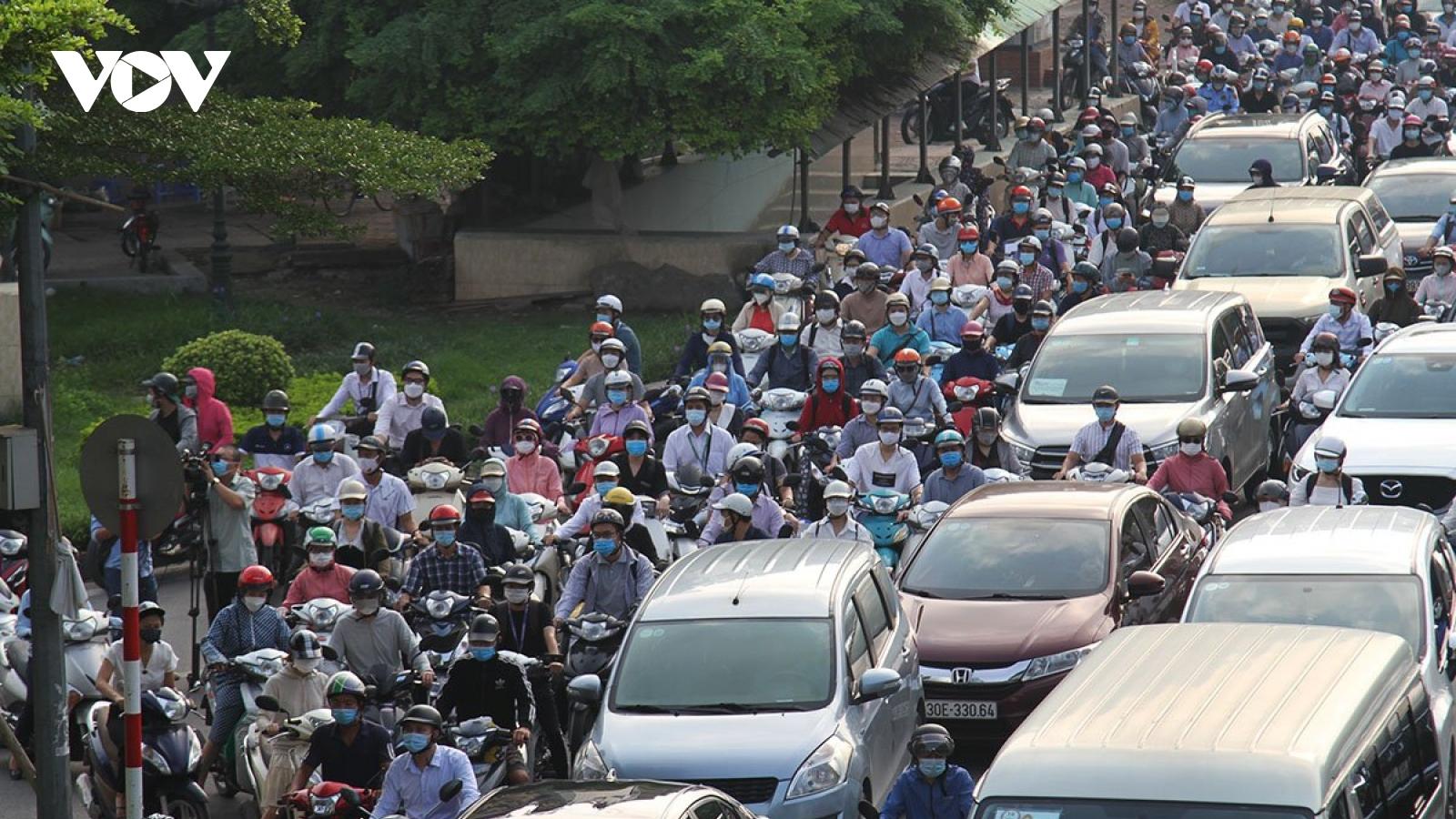 Đường phố Hà Nội đông đúc, nhộn nhịp giờ cao điểm ngày đầu nới lỏng giãn cách