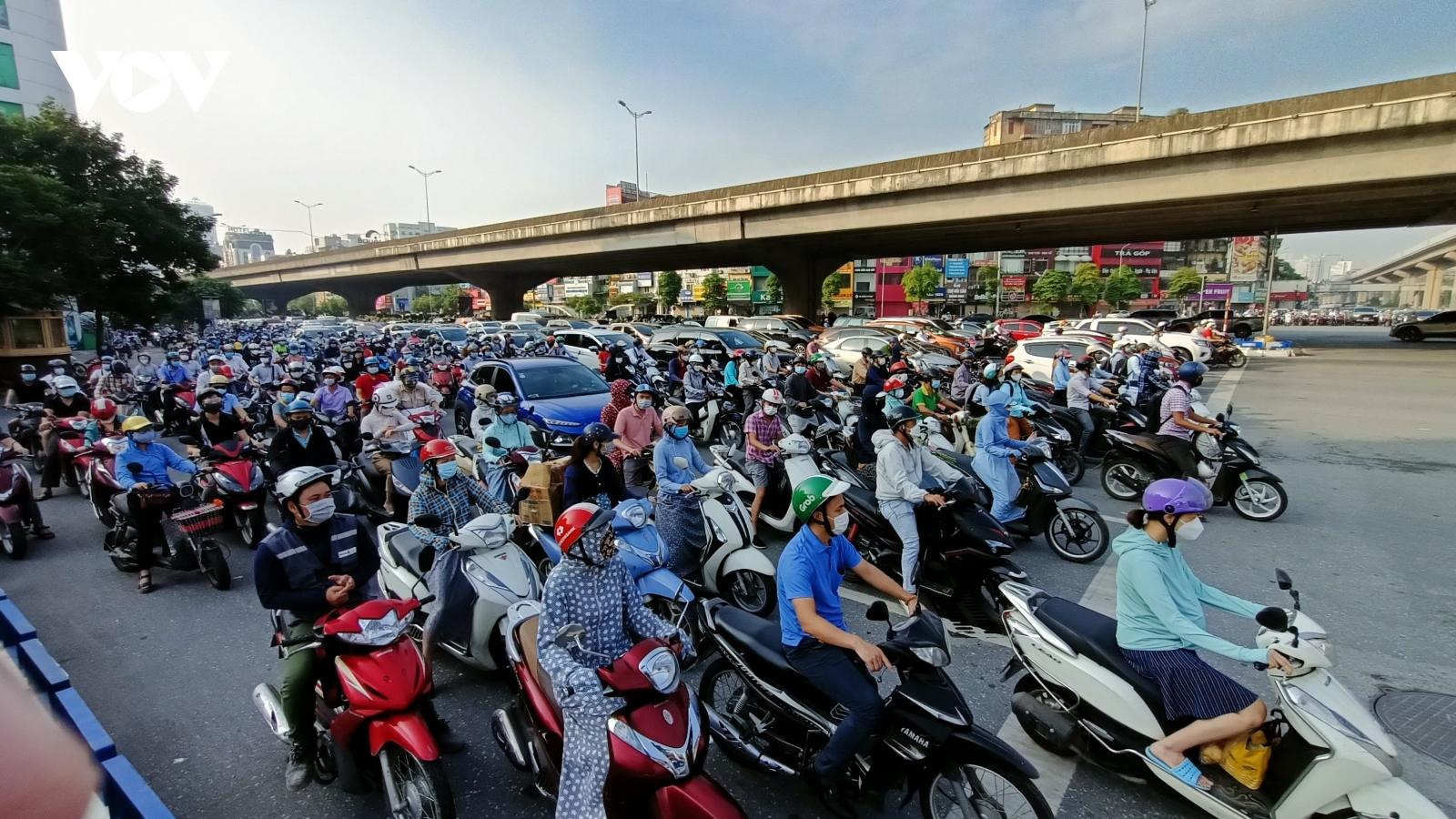 Đường phố Hà Nội nhộn nhịp ngày đầu tiên trở lại thực hiện Chỉ thị 15