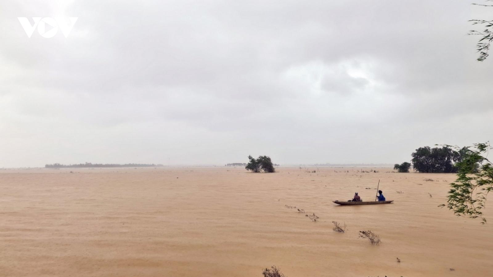 Nước lũ lên nhanh uy hiếp xóm làng ở Quảng Bình