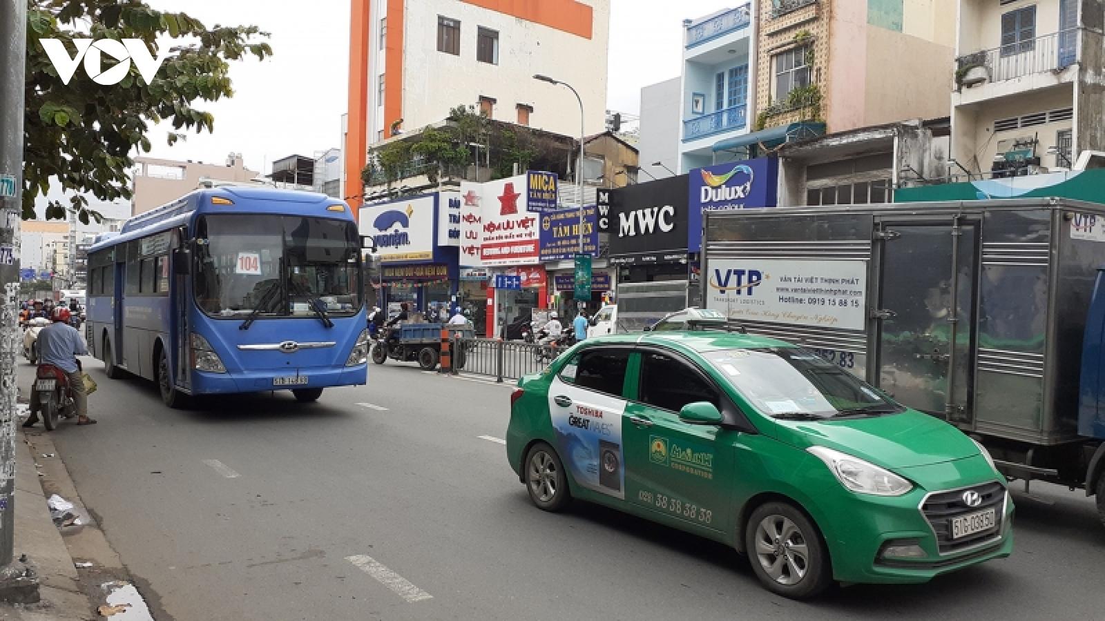 TP.HCM hoạt động trở lại xe buýt, ô tô công nghệ, taxi từ ngày 5/10