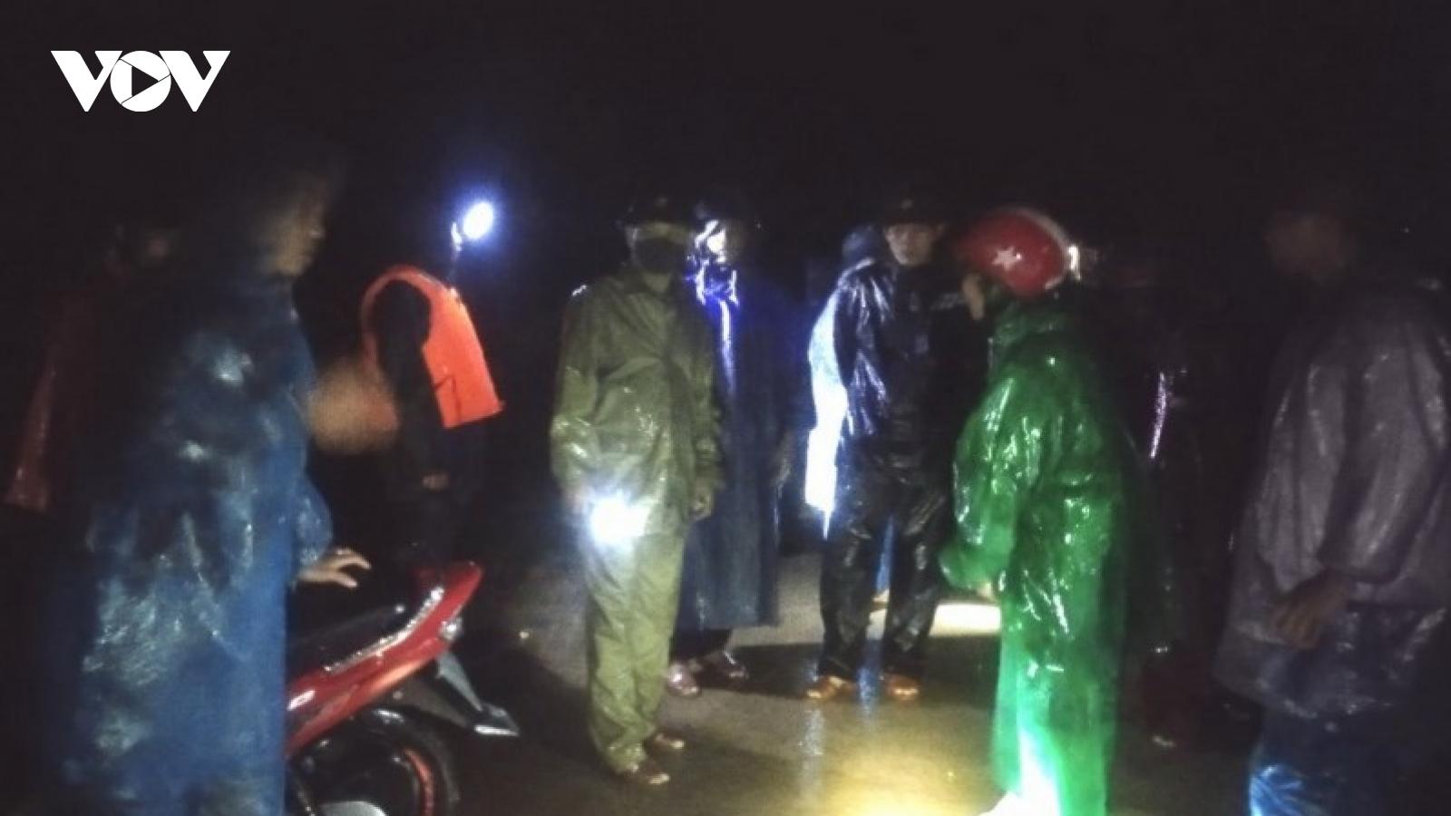 Huy động lực lượng trong đêm khắc phục sạt lở nghiêm trọng trên đèo Đá Đẽo