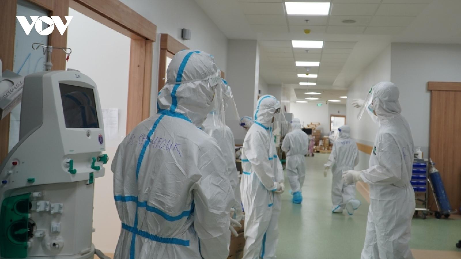 Bác sĩ Lào tình nguyện tham gia chống dịch tại Bệnh viện Hồi sức Covid-19