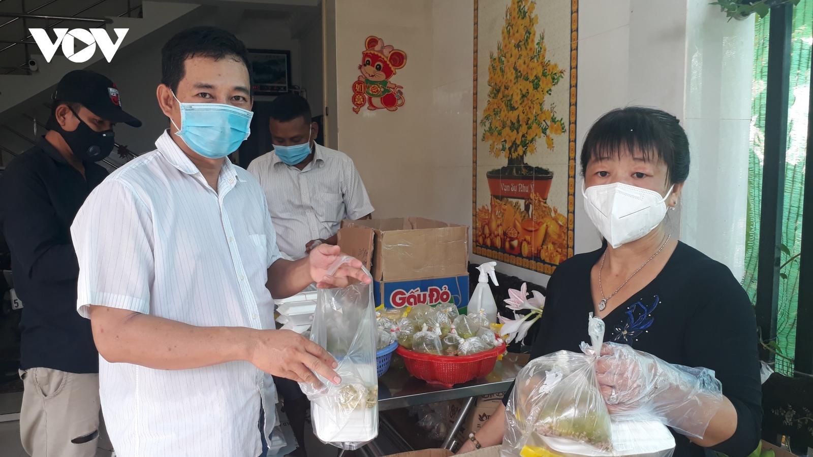 Ấm lòng hình ảnh đôi vợ chồng đồng lòng nấu cơm hỗ trợ người dân cách ly