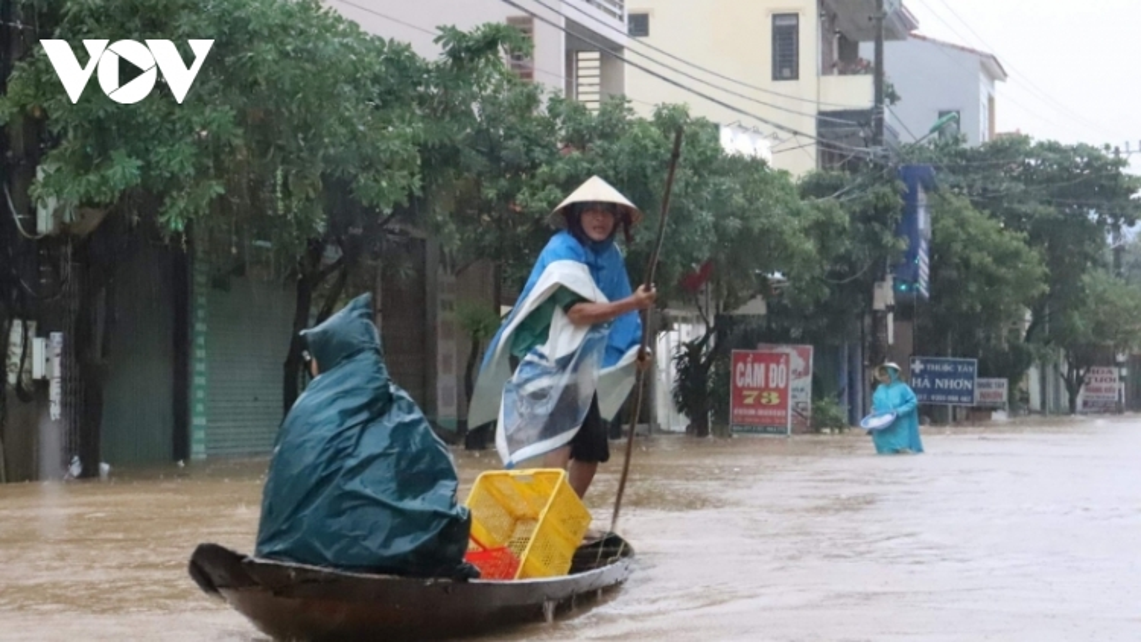 Nước lũở Quảng Bình lên nhanh, phố biến thành sông, người dân chèo ghe trên đường