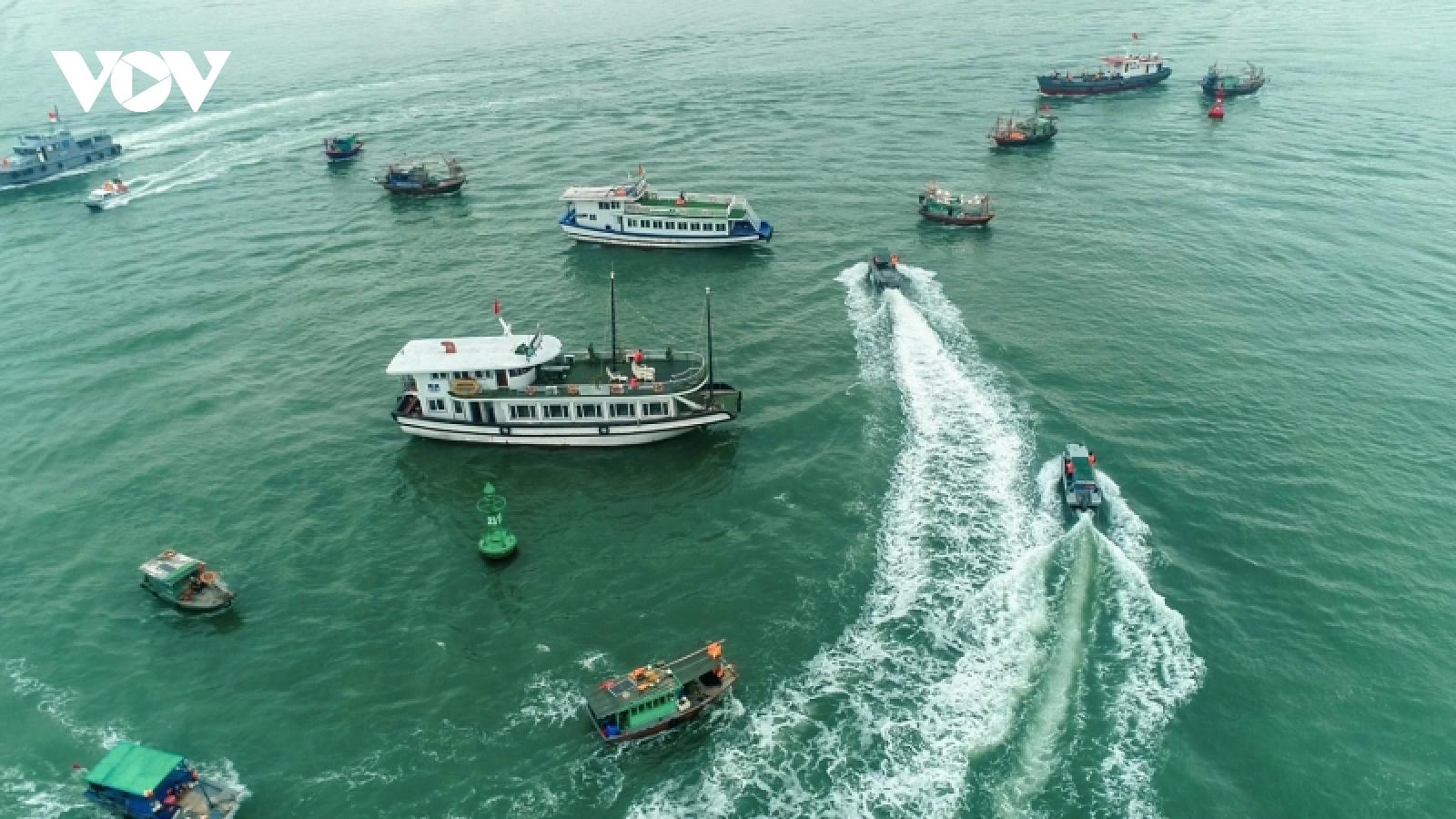 Ảnh: Diễn tập chống siêu bão, tràn dầu trên vịnh Hạ Long