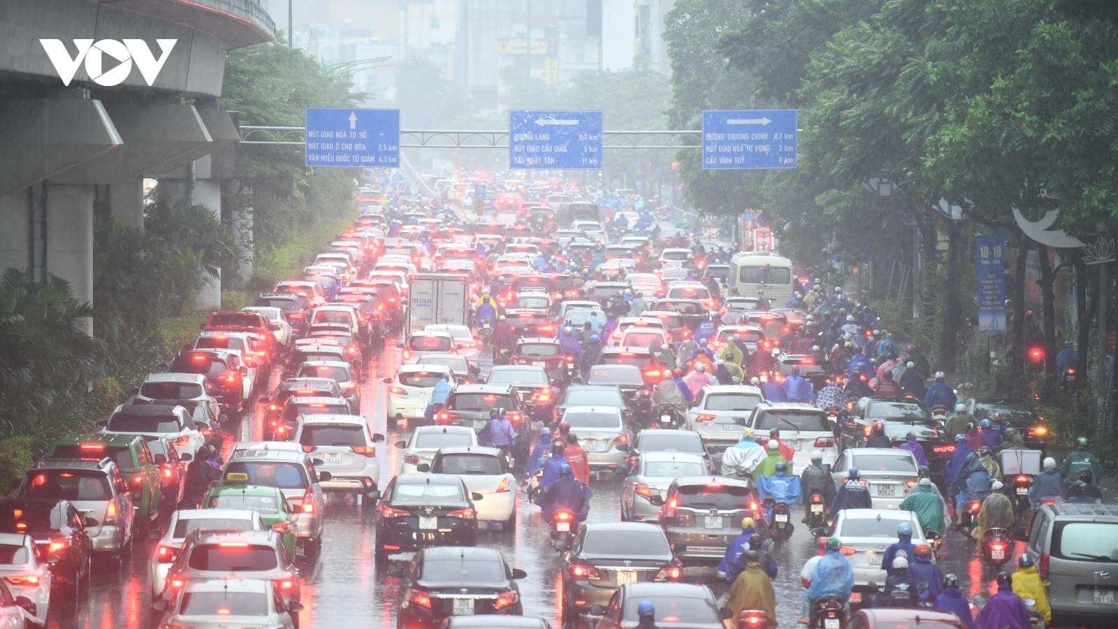 Mưa lớn, đường phố ở Hà Nội ùn tắc kéo dài trong sáng đầu tuần