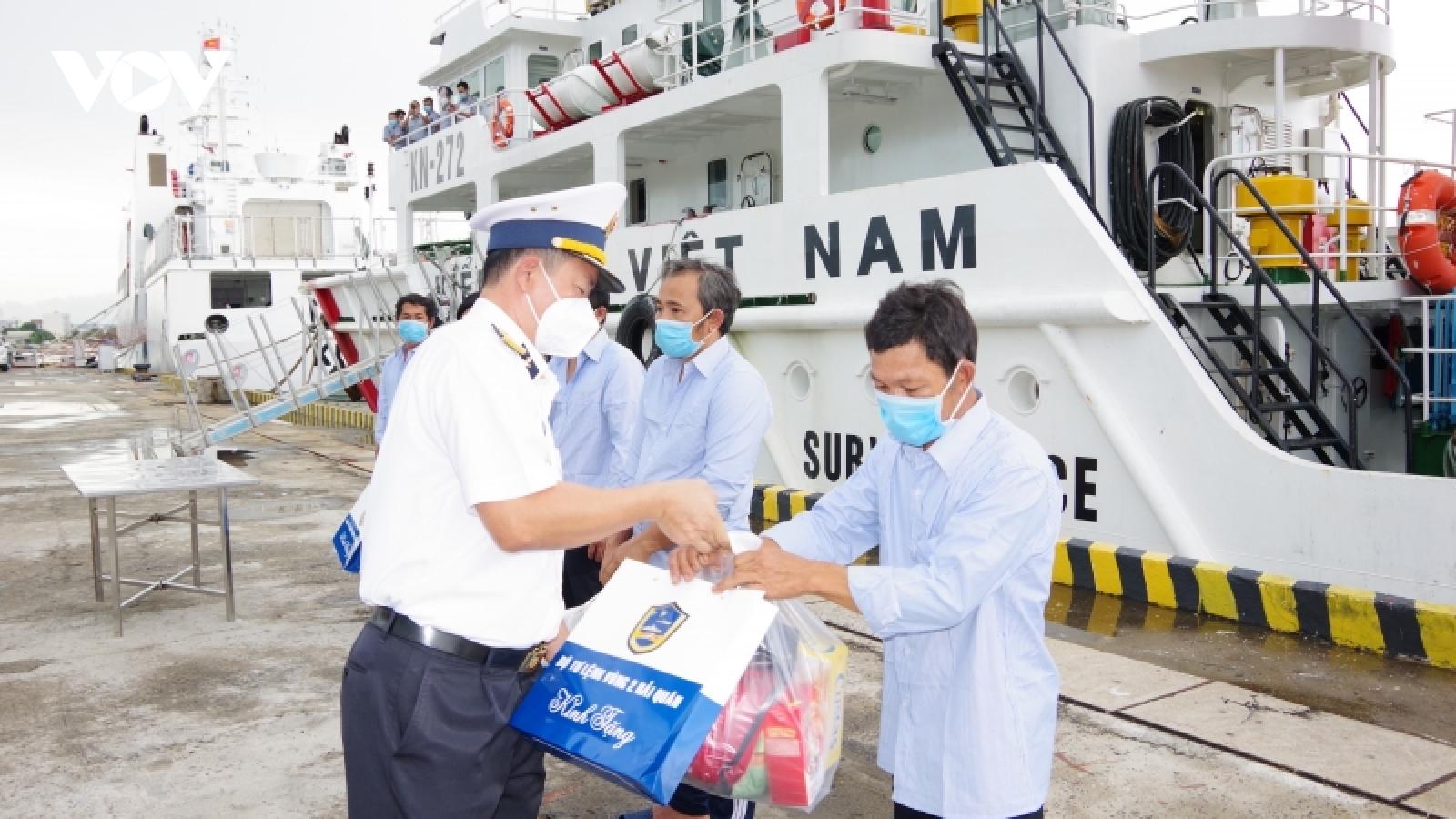 Tàu 272, Vùng 2 Hải quân đưa ngư dân cứu nạn về đến Vũng Tàu