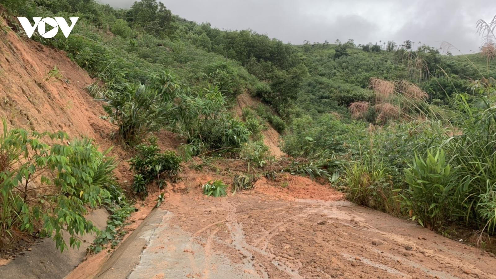 Mưa lớn khiến nhiều tuyến đường ở miền Trung sạt lở nghiêm trọng