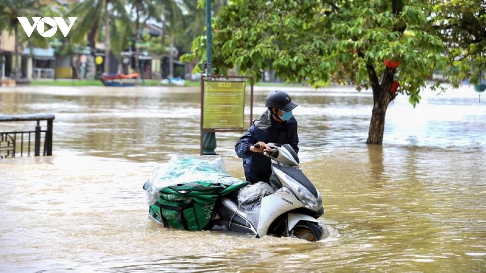 Hội An nước lũ lên chậm, nhiều người lội nước lụt ngày cuối tuần