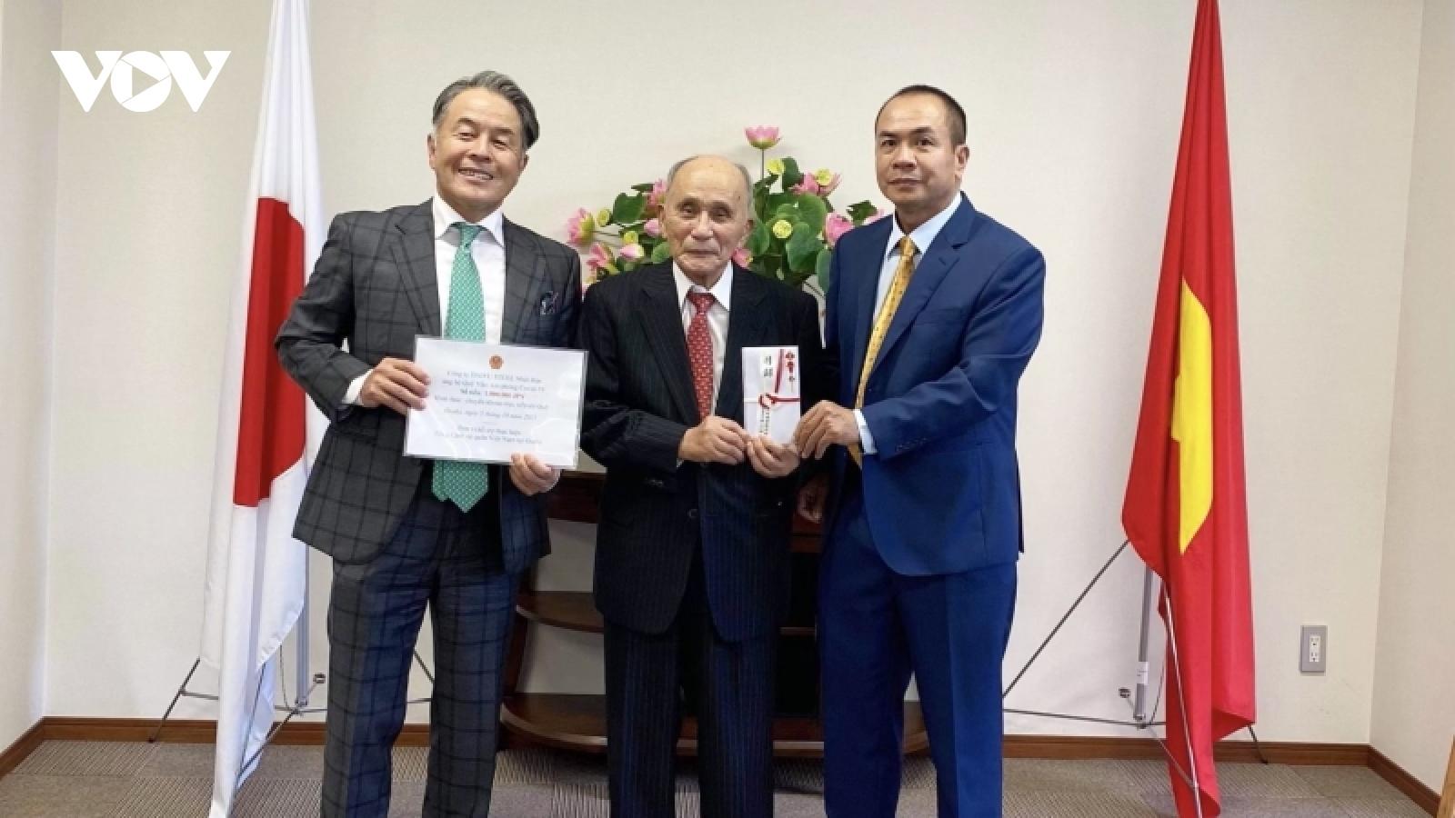 Lãnh sự quán Việt Nam tại Osaka tiếp nhận đóng góp cho Quỹ Covid-19